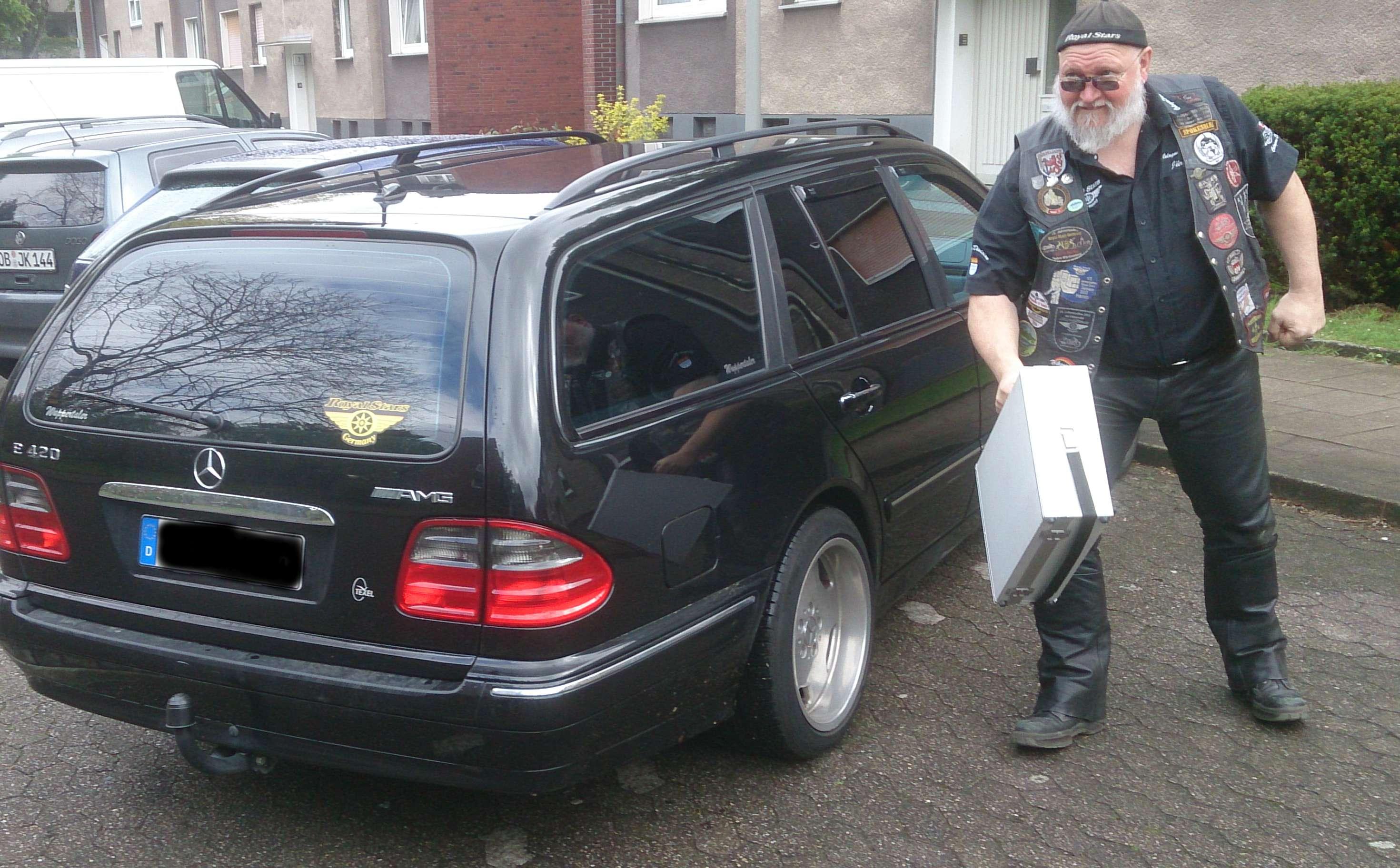 juergen mit Koffer und Auto